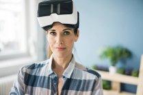 Женщина в виртуальных очках, ремонтирует свой новый дом — стоковое фото
