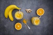 Помаранчевий банан коктейль з імбиром і куркумакуркуа — стокове фото