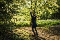 Visão traseira de menina em uma floresta — Fotografia de Stock