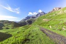 Франция, Рона-Альпы, Савойя, Западные Альпы, приграничная территория, старая военная дорога, гравийная дорога — стоковое фото