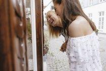 Duas jovens mulheres felizes fazendo compras juntas — Fotografia de Stock