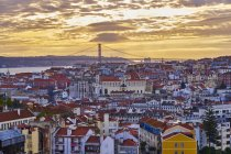 Португалия, Лисбон, город с Понте-де-25 апреля на закате — стоковое фото