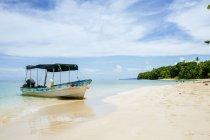 Панама, Боас-дель-Торо, Кайо-Запатілла, човен пришвартовані на пляжі — стокове фото