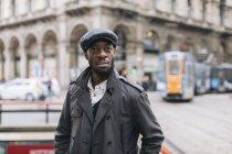 Ritratto di uomo alla moda in città — Foto stock