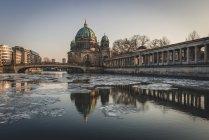 Deutschland, berlin, blick auf den berliner dom in der dämmerung — Stockfoto