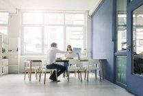 Мужчина и женщина обсуждают в офисе — стоковое фото