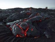 Hawái, Isla Grande, Parque Nacional Volcanes Hawai 'i, turistas de pie en el campo de lava - foto de stock