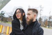 Портрет молодої пари дивлячись на відстані — стокове фото