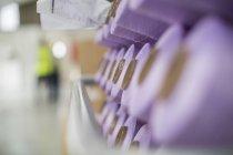 Gros plan des bobines de coton violet — Photo de stock