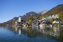 Austria, Alta Austria, Salzkammergut, St. Wolfgang con Schafberg, Lago Wolfgangsee, vista al pueblo - foto de stock