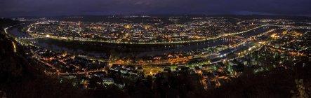 Німеччина, Рейнланд-Пфальц, Трір, міський краєвид вночі — стокове фото