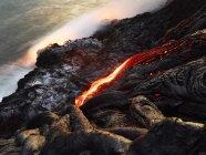 Hawái, Isla Grande, Parque Nacional Volcanes Hawai 'i, lava que fluye en el océano pacífico - foto de stock