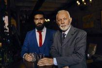 Ritratto di due uomini eleganti in un bar con bicchieri — Foto stock