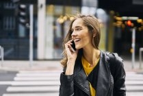Mulher rindo no telefone — Fotografia de Stock