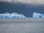 Argentina, Patagonia, El Calafate, Puerto Bandera, Lago Argentino, Parque Nacional Los Glaciares, Estancia Cristina, iceberg rotto, tourboat — Foto stock