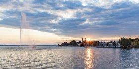 Germany, Baden-Wuerttemberg, Friedrichshafen, Lake Constance, city view, marina, fountain at sunset — Stock Photo