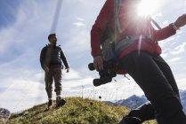 Австрия, Тироль, поход молодой пары в горы — стоковое фото