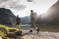 Austria, Tirolo, giovane coppia escursioni al lago di montagna — Foto stock