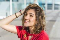 Ritratto di giovane donna sorridente all'aperto — Foto stock