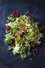 Свіжий овочевий салат в купі з темним грандж фон — стокове фото