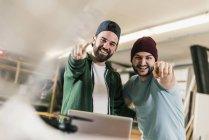 Retrato de dois jovens felizes em oficina — Fotografia de Stock