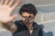 Портрет молодої людини на відкритому повітрі екранування очей — стокове фото
