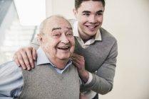 Retrato de homem idoso feliz e jovem — Fotografia de Stock