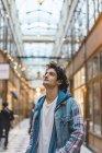 Retrato de um jovem sorridente no centro comercial — Fotografia de Stock