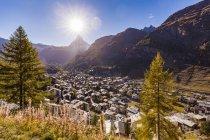 Suíça, Valais, Zermatt, Matterhorn, townscape, Chalets, casas de férias — Fotografia de Stock