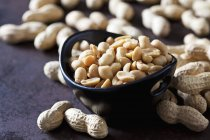 Tigela de amendoins salgados — Fotografia de Stock