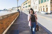 Jovem empresária com seu smartphone na cidade — Fotografia de Stock