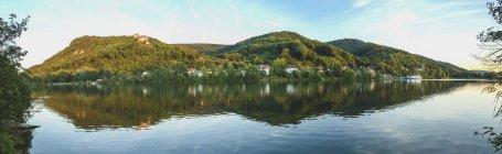 Austria, Baja Austria, San Andrae-Woerdern, Greifenstein, Vista panorámica del castillo de Greifenstein y del río Danubio - foto de stock