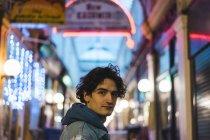 Retrato de um jovem no centro comercial — Fotografia de Stock