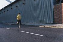 Молодая женщина бежит по улице — стоковое фото