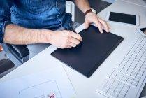 Nahaufnahme des Grafikdesigners beim Skizzieren des Website-Layouts — Stockfoto