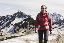 Austria, Tyrol, young woman hiking in the mountains — стоковое фото