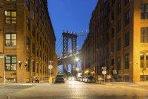 USA, New York, veduta del Manhattan Bridge da Brooklyn al crepuscolo — Foto stock
