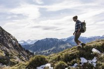 Austria, Tyrol, young man hiking in the mountains — Stock Photo