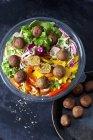 Tazón de ensalada mixta con bolas de verduras - foto de stock