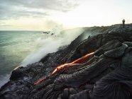 Hawái, Isla Grande, Parque Nacional Volcanes Hawai 'i, lava que fluye en el océano Pacífico, fotógrafo - foto de stock