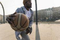 Африканский баскетболист в действии на корте — стоковое фото