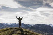 Австрия, Тироль, молодой человек, стоящий в горном ликовании — стоковое фото