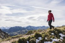 Austria, Tyrol, young woman hiking in the mountains — Stock Photo