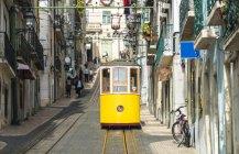 Portugal, Lisboa, Bairro Alto, Elevador da Bica, caminhos de ferro a cabo amarelos — Fotografia de Stock