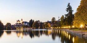 Suisse, Canton de Berne, Thun, rivière Aare, vieille ville avec Aarequai, église paroissiale et château au crépuscule — Photo de stock