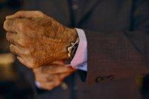 Gros plan de l'homme ajustant ses menottes — Photo de stock