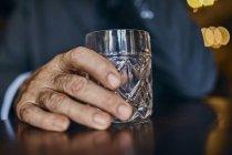 Primer plano del hombre en un bar con vaso - foto de stock