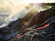 Hawaii, Big Island, Hawai'i Volcanoes National Park, lava che scorre nel pacifico oceano — Foto stock