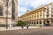 Italia, Milano, veduta su Piazza del Duomo con parte del Duomo di Milano — Foto stock