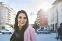 Ritratto di giovane donna sorridente in città — Foto stock